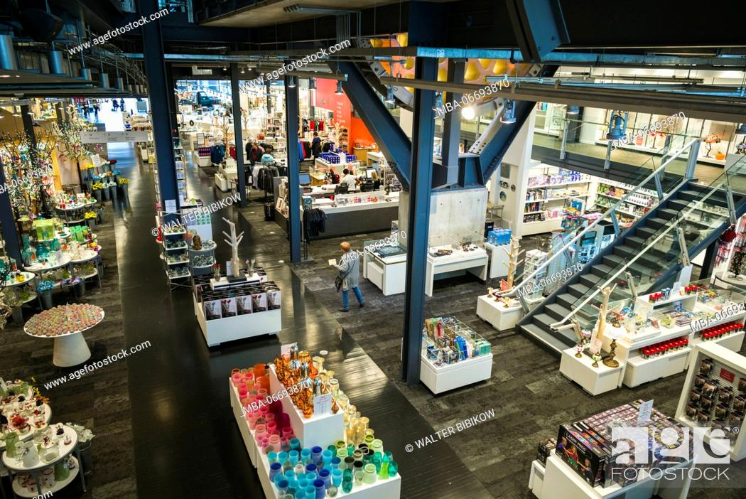 Stock Photo: USA, New York, Finger Lakes Region, Corning, Corning Museum of Glass, retial shop elevated view.