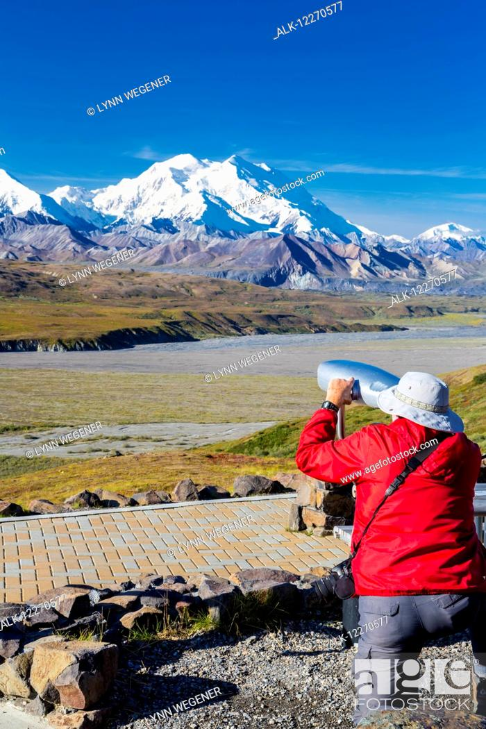 Imagen: A male visitor views Mt. McKinley through the park provided scope at Eielson Visitor Center in Denali National Park, Interior Alaska, Summer, USA.