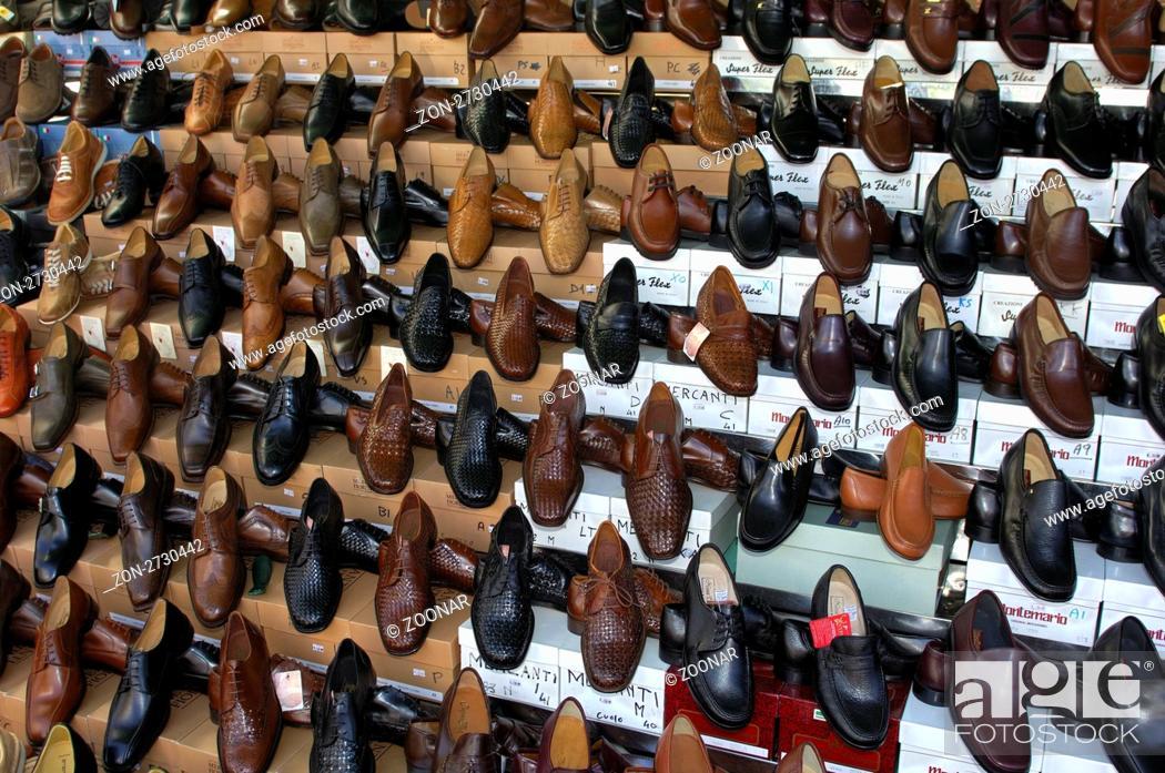 Varese Italien verkaufsstand für italienische schuhe auf dem wochenmarkt in luino