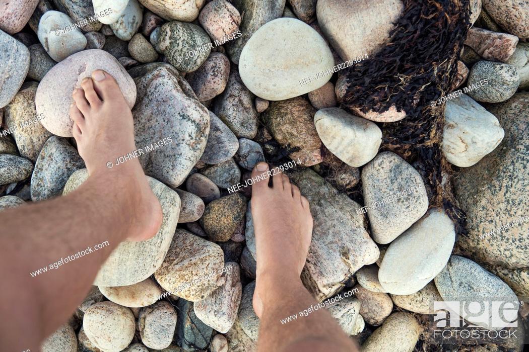 Imagen: Feet on rocks.
