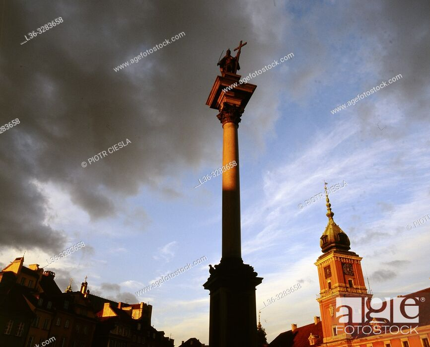 Stock Photo: Poland. Warsaw. Old Town. Kings Castle and monument to king Wladyslaw III the king which transfered the capitol from Cracow to Warsaw.