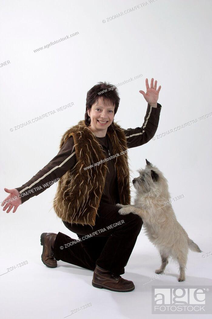 Stock Photo: Woman with Cairn Terrier, dog dancing / Frau mit Cairn-Terrier, Dogdancing / Saeugetiere, mammals, animals, Haushund, domestic dog, Haustier, Heimtier, pet.