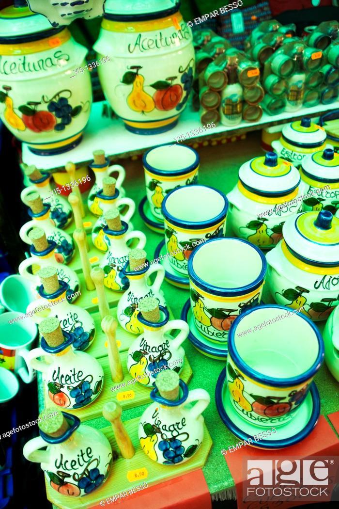 Imagen: typical street market named escuradeta, pottery market, only in May, Plaza de la Reina, Valencia, Spain.