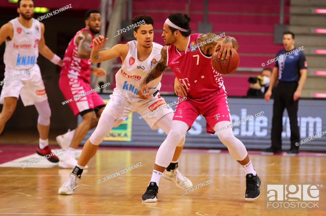 Imagen: Bonn, Germany, 09. 01. 2021, Telekom Dome, Basketball Bundesliga, Telekom Baskets Bonn vs s. Oliver Wuerzburg: Joshua Obiesie (Wuerzburg) und Chris Babb (Bonn).