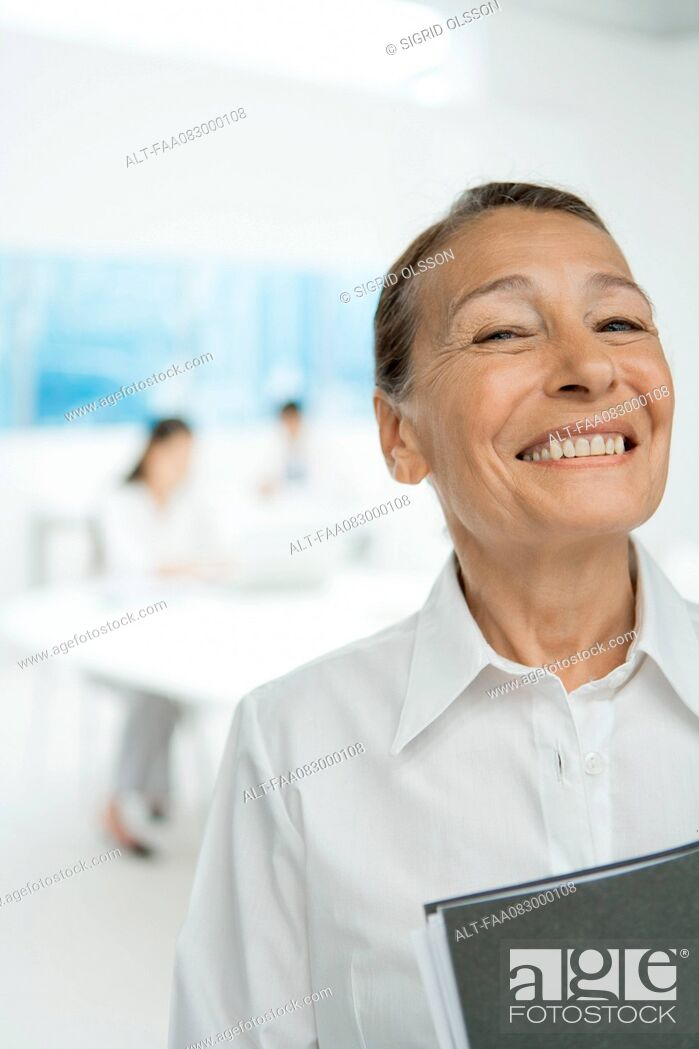 Imagen: Senior businesswoman, smiling.