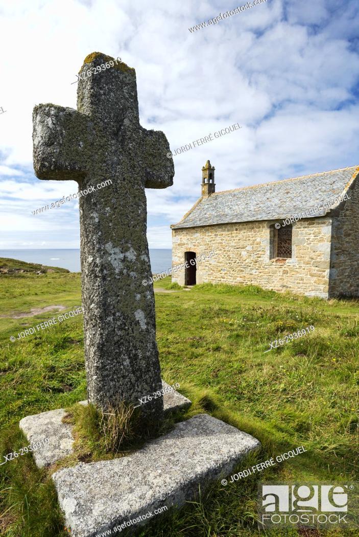 Imagen: Stone cross, Church Chapelle de Saint-Sanson, Landunvez, Finistère, Brittany, France, Europe.