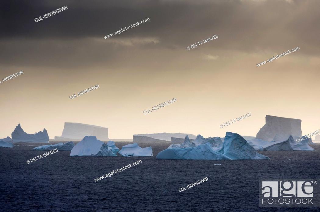 Imagen: Icebergs near Petermann Island, Antarctica.