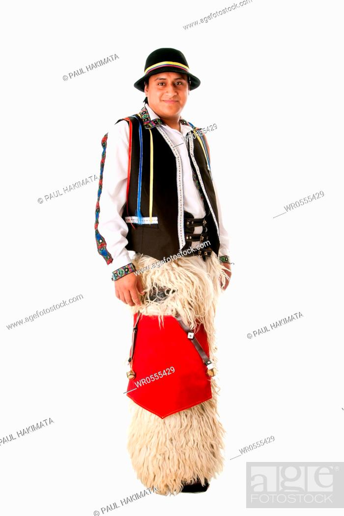 Imagen: Happy Latino man from South America highland dressed in Folklore clothes with Llama fur from Ecuador, Peru or Bolivia, isolated.