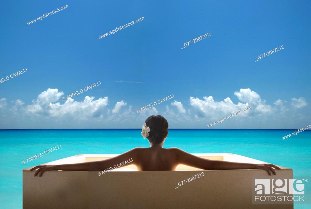 Imagen: Young woman on the beach. Miami Beach, Florida, USA.