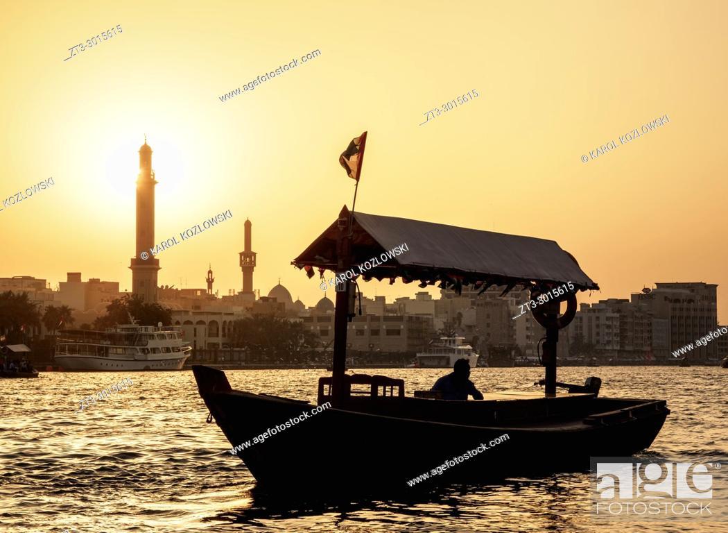 Imagen: Abra Boat on Dubai Creek at sunset, Dubai, United Arab Emirates.