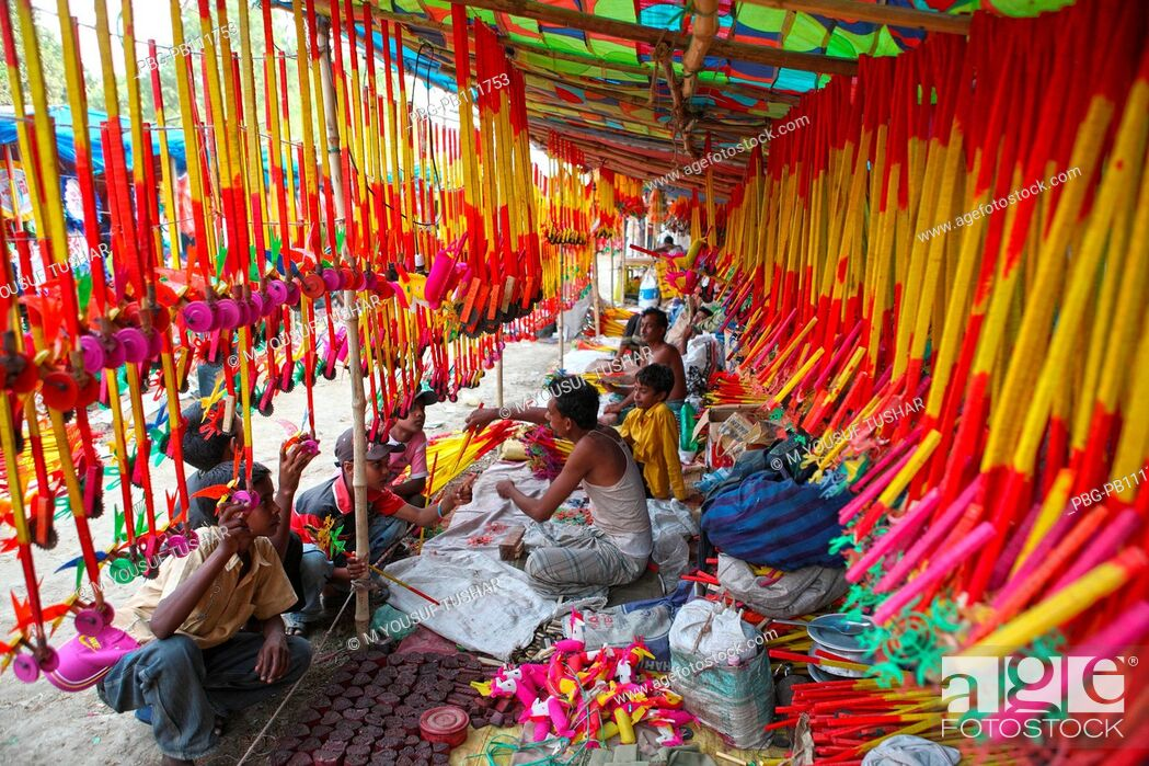 Imagen: Colourful handmade toys shop on account of Baishakhi fair or the Baishakhi mela which begins on the Bengali New YearÆs Day or the Pahela Baishakh Veramara.
