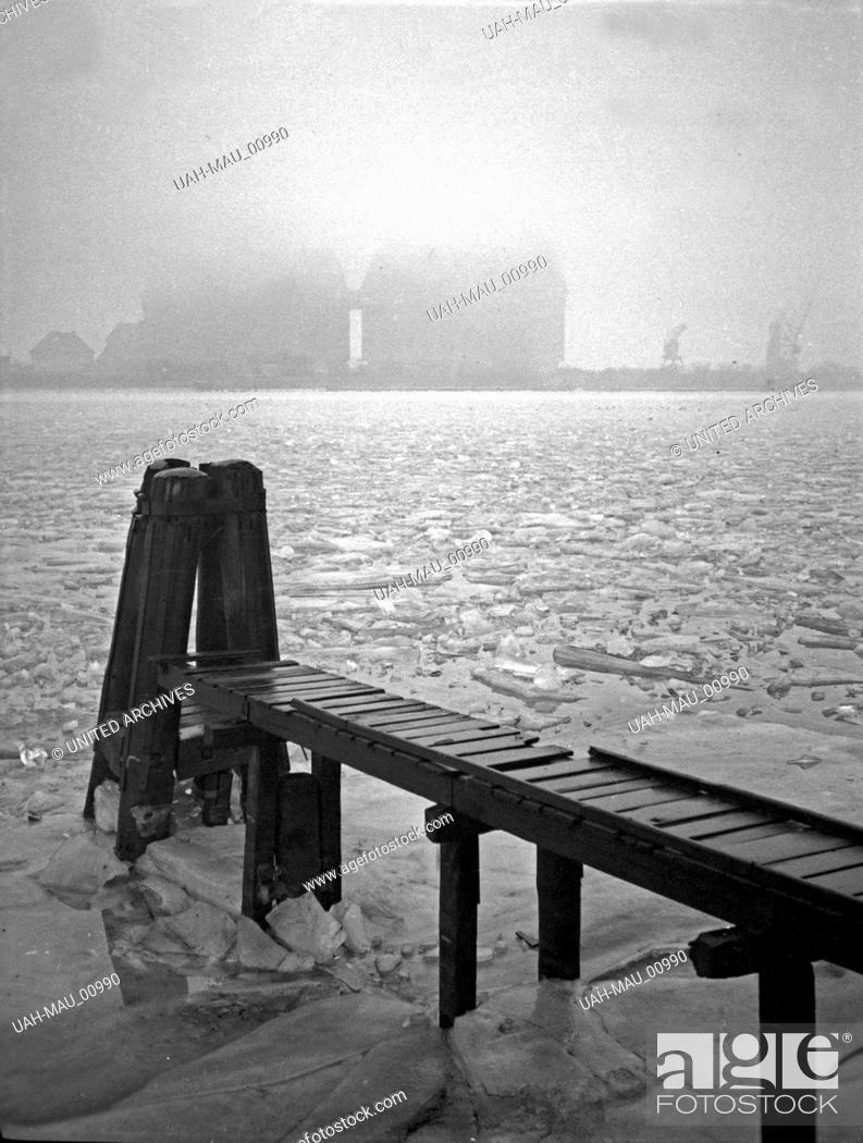 Stock Photo: Wintertag an den neuen Getreidesilos im Hafen von Königsberg, Ostpreußen 1930er Jahre. A winter day near the new cereal magazines of Koenigsberg harbor.
