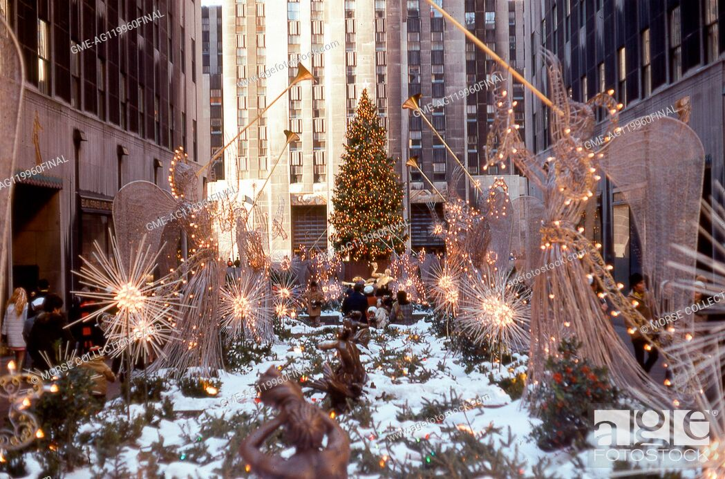 Imagen: View of the Christmas angel decorations lining the Rockefeller Center Promenade from Fifth Avenue toward the ice skating rink, December, 1969.