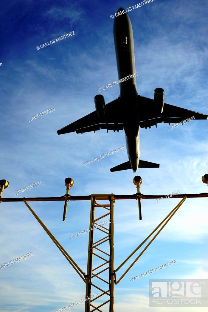 Stock Photo: Avión descendiendo en el Aeropuerto del Prat y sistema de luces de aproximación ALS aeroportuarios, Prat del Llobregat, Baix Llobregat, Barcelona, Catalunya.