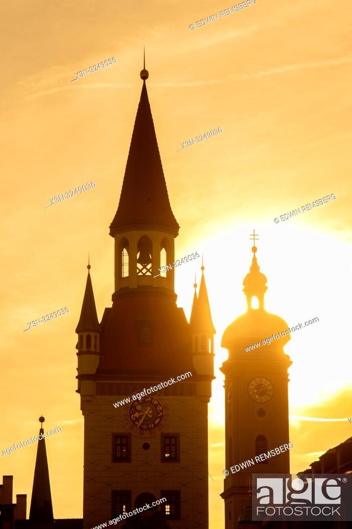 Imagen: The sun sets on bell towers in old town Marienplatz in Munich, Germany.