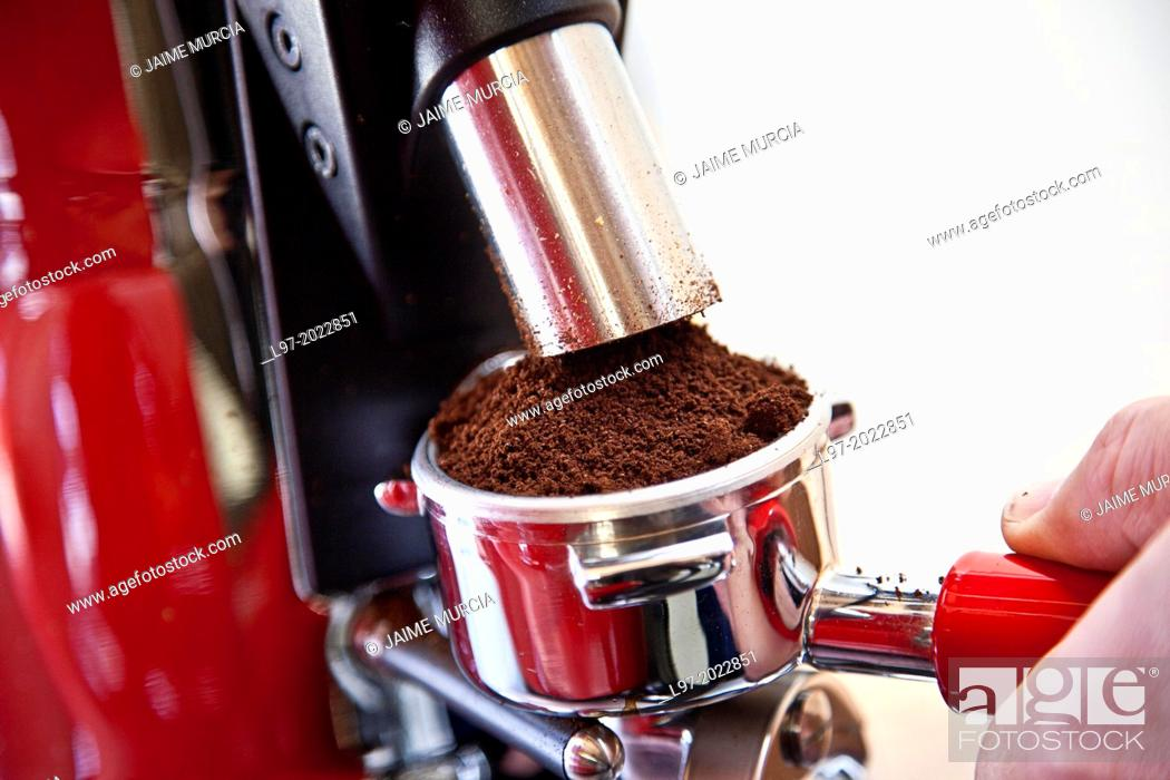 Imagen: Person making fresh coffee with expresso machine.