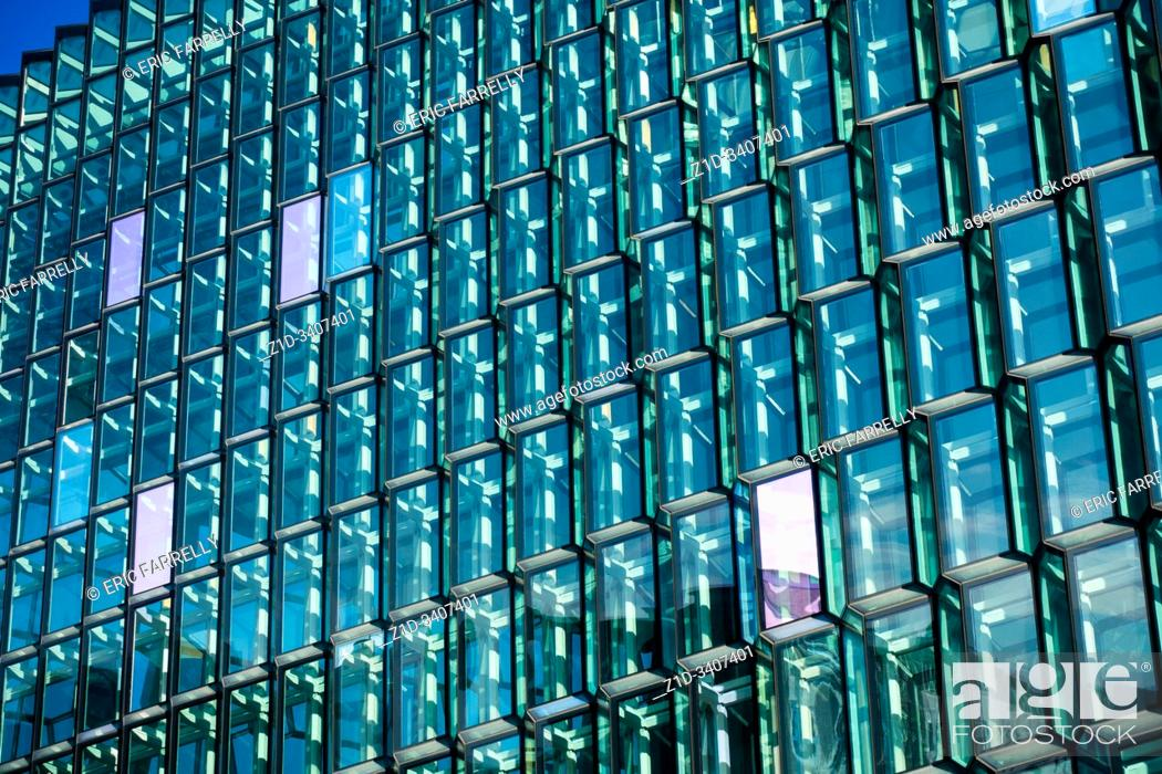 Imagen: Reykjavik's innovative concert hall, Harpa, with its award-winning architecture, .