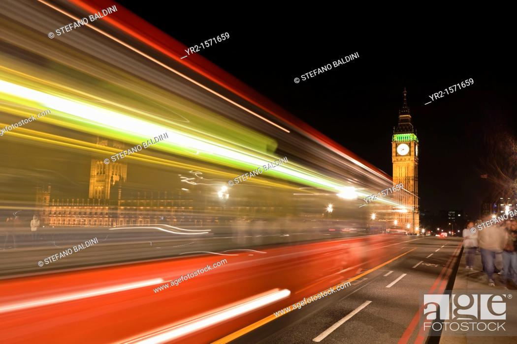 Imagen: Blurred bus at night with Big Ben in the background, London, England.