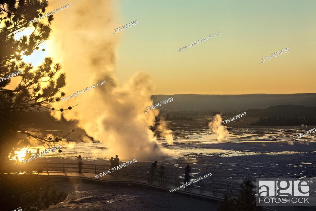 Imagen: Clepsydra Geyser erupting at sunset, Lower Geyser Basin, Yellowstone National Park, Wyoming, USA.