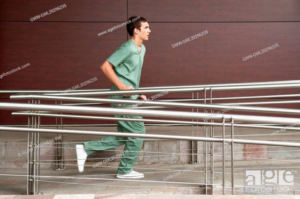 Imagen: Male nurse running in a hospital.