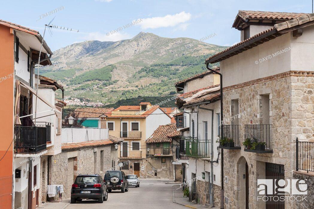 Imagen: Calle típica de Mombeltrán. Barranco de las cinco villas. Valle del Tiétar. Provincia de Ávila, Castile-Leon, Spain.
