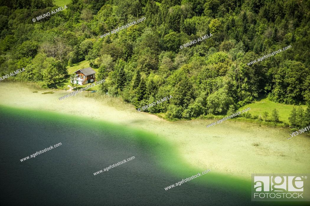 Imagen: Cabin at Le Grand Maclu lake (department of Jura, region of Bourgogne-Franche-Comté, France).