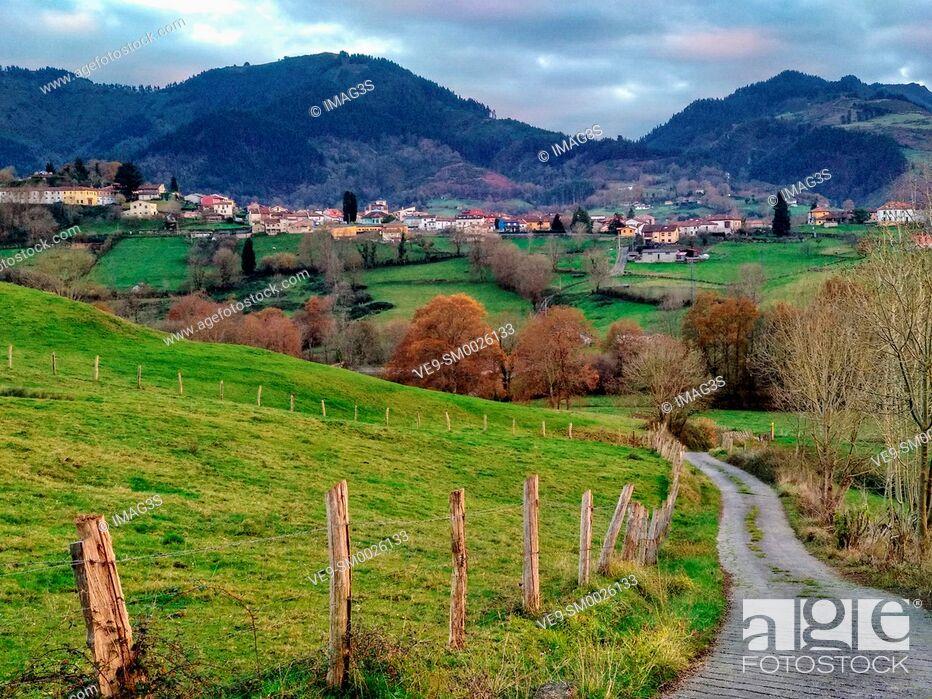 Imagen: Meadows and rural landscape near Ceceda village, in background, Nava municipality, Asturias, Spain.
