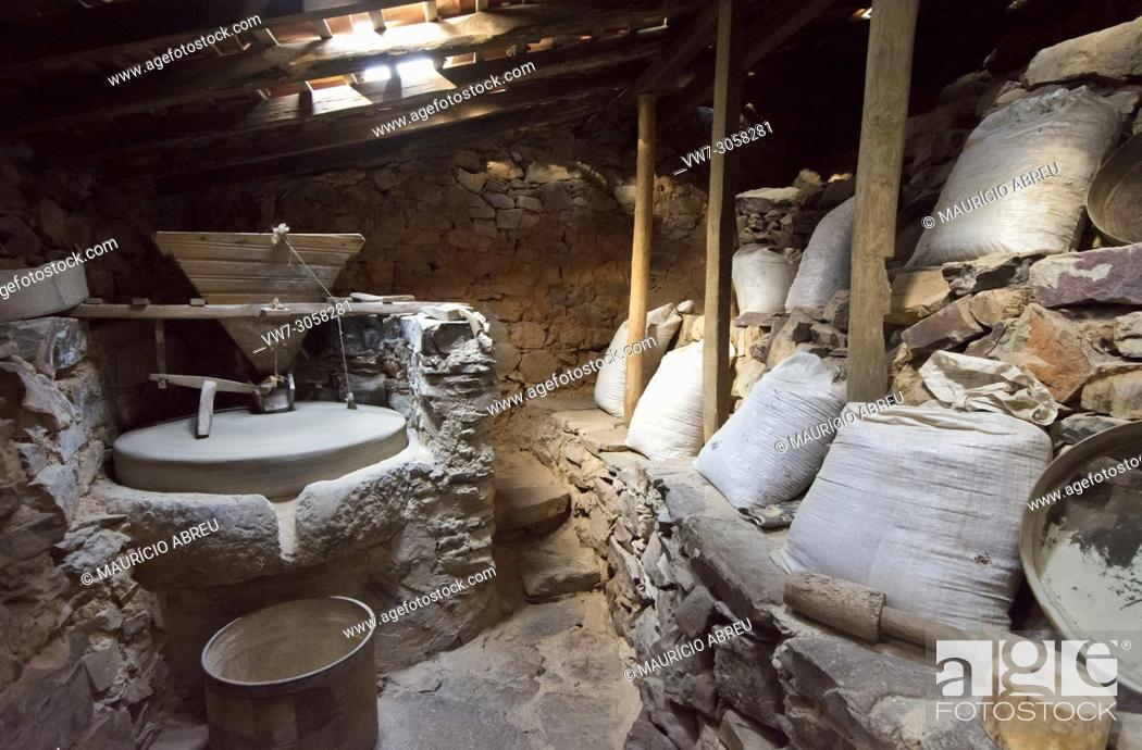 Imagen: Interior of a watermill in the geological park of Penha Garcia. Beira Baixa, Portugal.