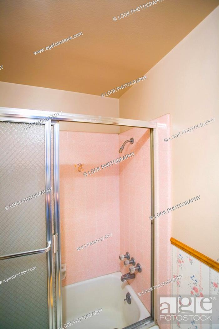 Imagen: Small bathroom with a pink shower.