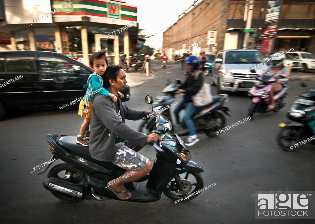 Imagen: Child on the back of a moped on Legian's main street, Legian, Southern Bali, Indonesia.