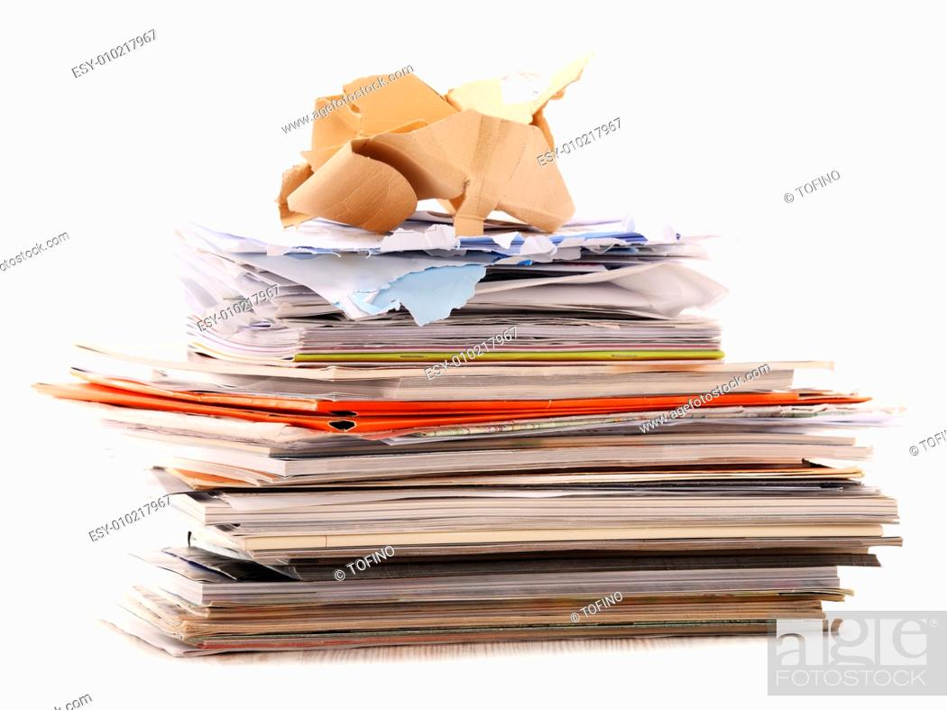 Imagen: Stack of recycling paper isolated on white.