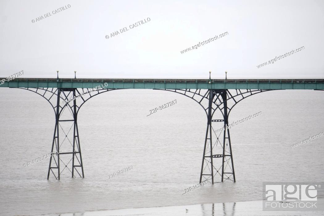 Imagen: Recently restored iron and wood pier at Clevedon, Somerset, UK.