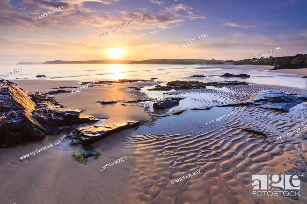 Imagen: The first light of the day on Harlyn Beach, near Padstow on the North coast of Cornwall.