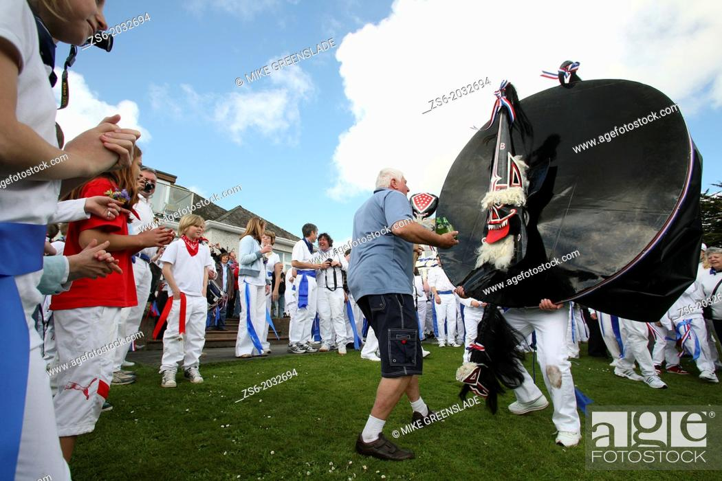 Imagen: Teazer dances with the Red Oss-Padstow-Obby Oss-Cornwall-UK.
