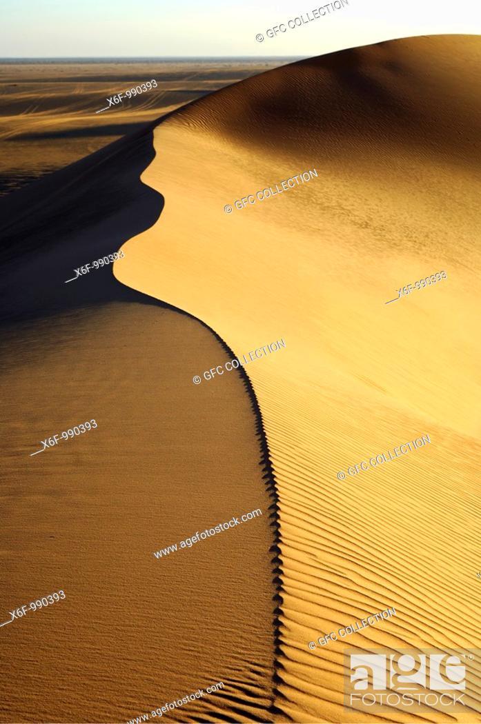 Stock Photo: Sharp crest and sand structures in the sand dunes of Erg Muzurq, Sahara desert, Libya.