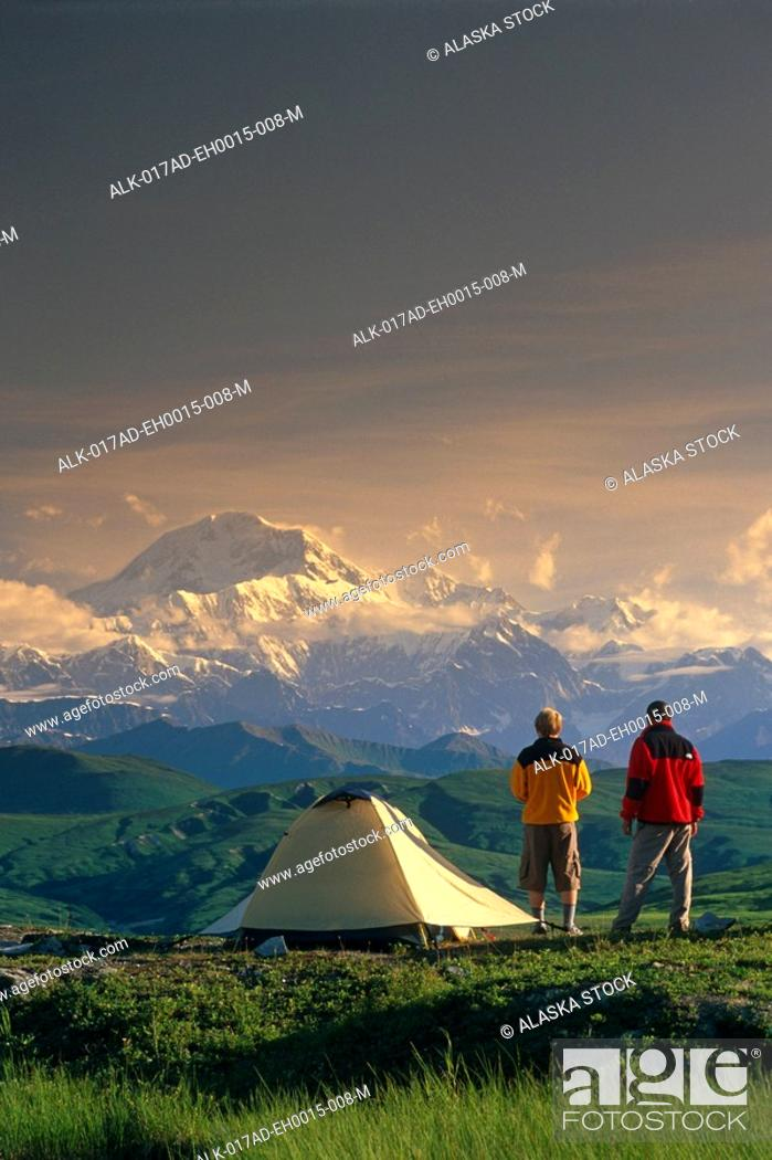 Photo de stock: Hikers @ Camp View Mt McKinley Denali SP SC AK Summer.