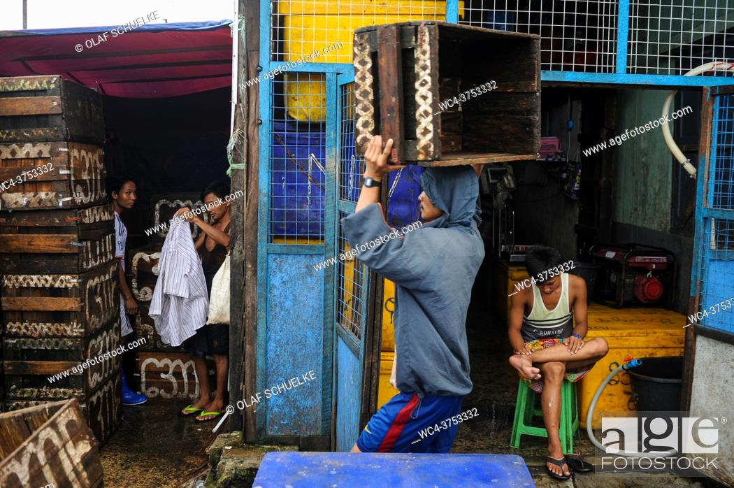 Imagen: Yangon, Myanmar, Asia - A worker stacks empty crates at the traditional Baho San Pya Fish Market, a wholesale market in the commercial capital of the Southeast.