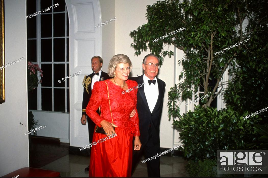 Imagen: Associate Justice of the Supreme Court Sandra Day O'Connor, left, and her husband, John J. O'Connor, III, arrive at the White House in Washington.