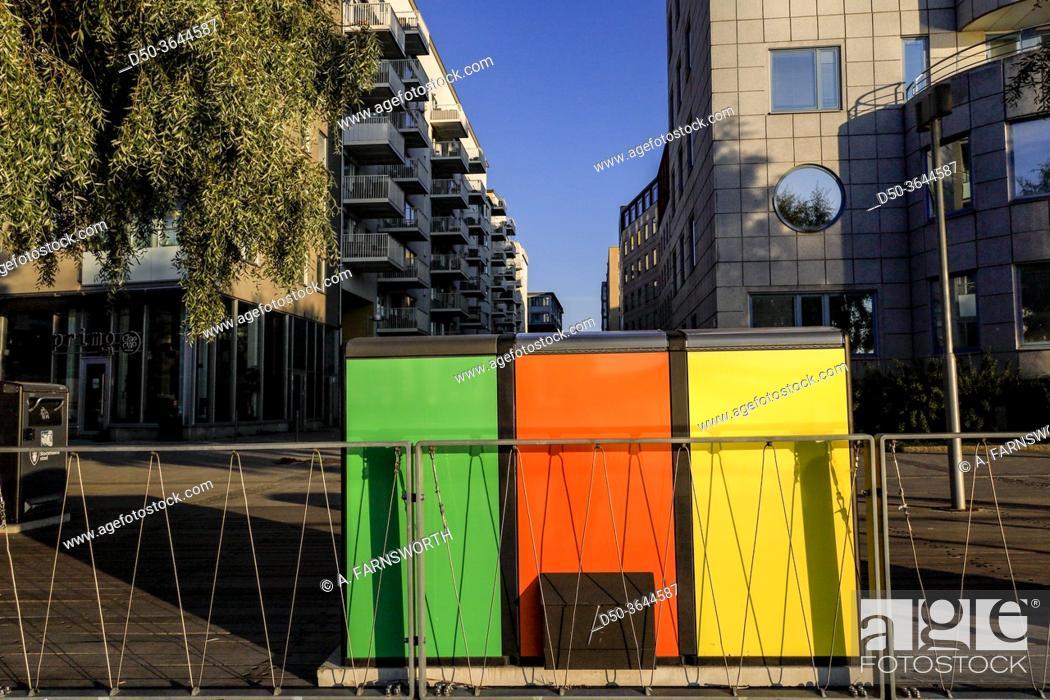 Imagen: Stockholm, Sweden Color-coded refuse containers in Liljeholmskajen.