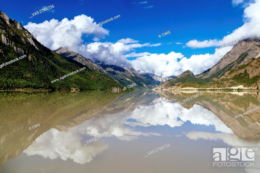 Imagen: Rawu, Nyingchi, Tibet - Beautiful view of the Rawu Lake in the daytime.