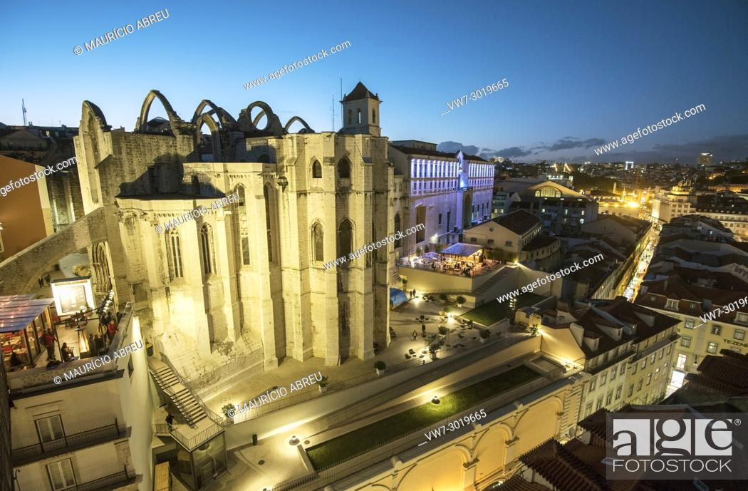 Imagen: Carmo monastery at twilight, in the historic centre of Lisbon. Portugal.