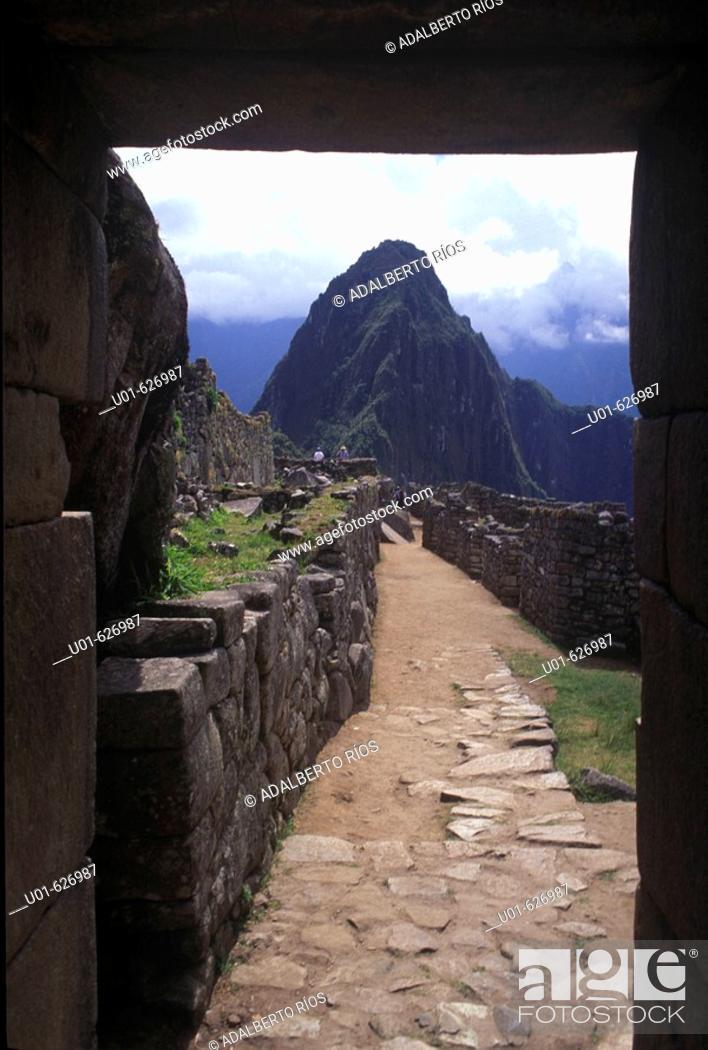 Stock Photo: Machu Picchu, Peru/ Machu pichu. Machu Pichu la gran ciudad inca enclavada en las cumbres sobre el rio Urubamba destaca por su emplazamiento belleza y el.