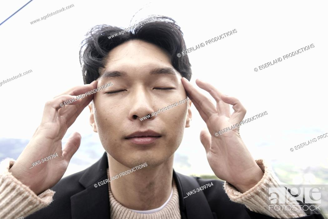 Imagen: Korean man concentrating.