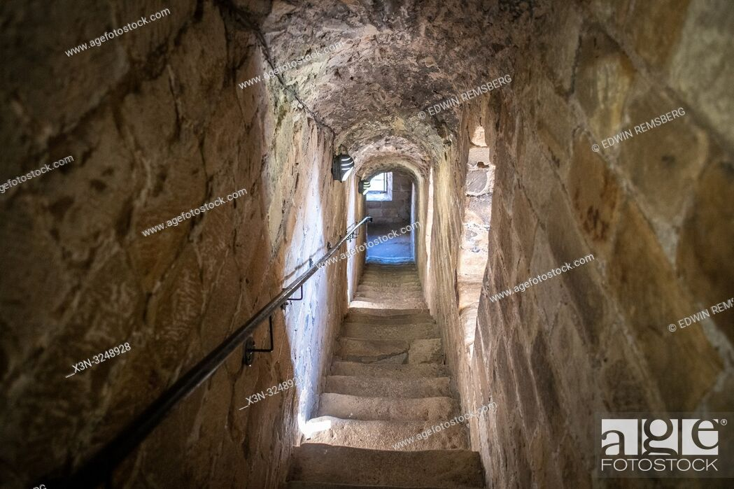 Imagen: View down narrow enclosed stone staircase, Edinburgh, Scotland.