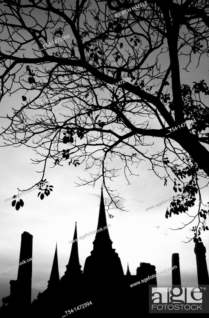 Stock Photo: Silhouettes of the chedi of Wat Phra Si Sanphet.