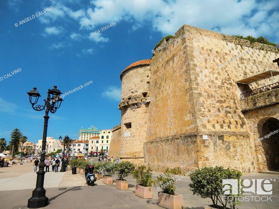 Imagen: Alghero, Cristoforo Colombo defensive shield, Torre dello Sperone, Sperone Tower, defense tower built by the catalans XIV century, Italy, Sardinia, Sassari.
