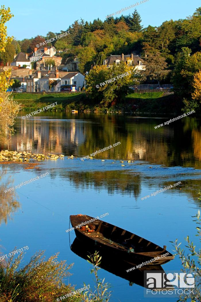 Stock Photo: FLAT-BOTTOMED WOOD BOATS ON THE LOIRE AND HOUSES IN THE TOWN OF AMBOISE, INDRE-ET-LOIRE 37, FRANCE.