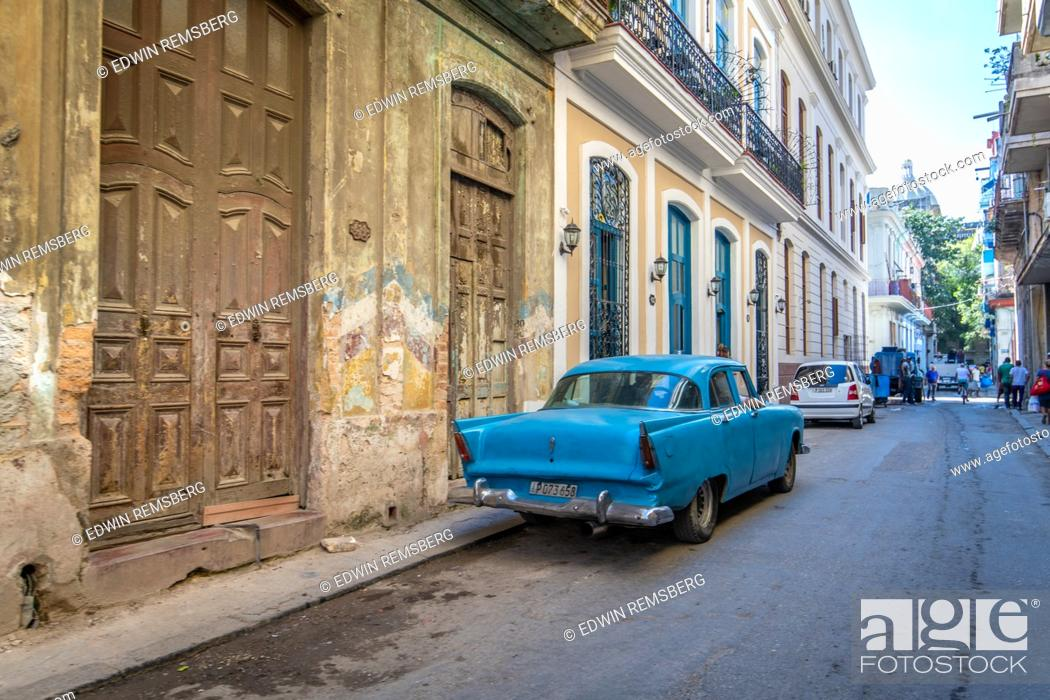 Imagen: A colorful classic American muscle car from the 1950s parked on the street of Havana, Cuba.