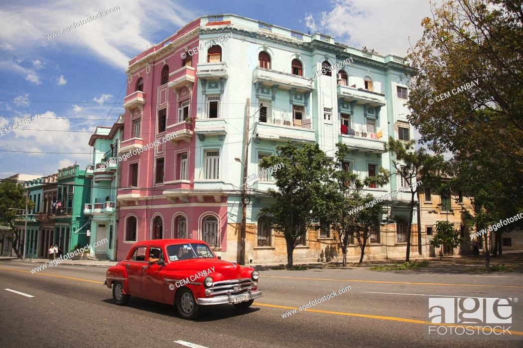 Imagen: Old American car used as taxi in front of the colonial buildings at Vedado district, Havana, La Habana, Cuba, Central America.