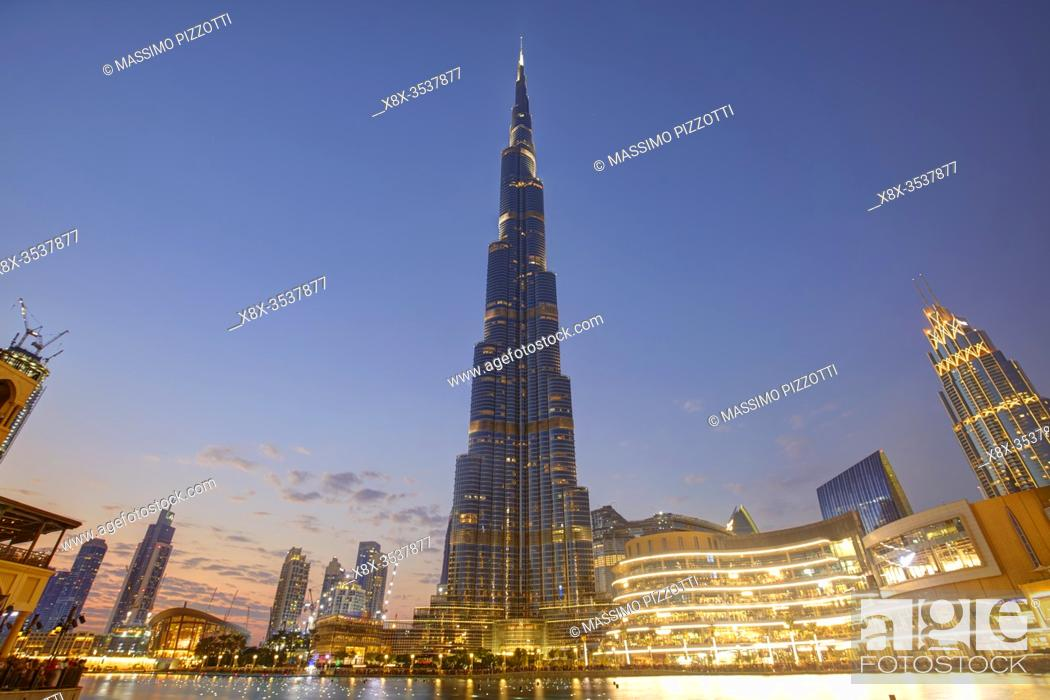Imagen: Burj Khalifa led illumination at dusk, Dubai, United Arab Emirates.